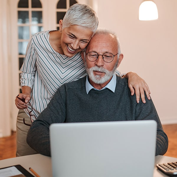 couple senior ordinateur