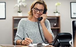 Une conseillère sociale au téléphone