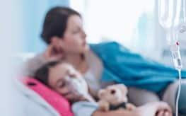 Une mère et son enfant à l'hôpital