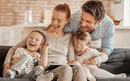 Une famille souriante