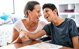 Une mère et son fils ayant un handicap
